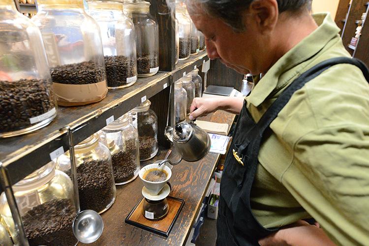 丁寧にコーヒーを淹れる松原さん